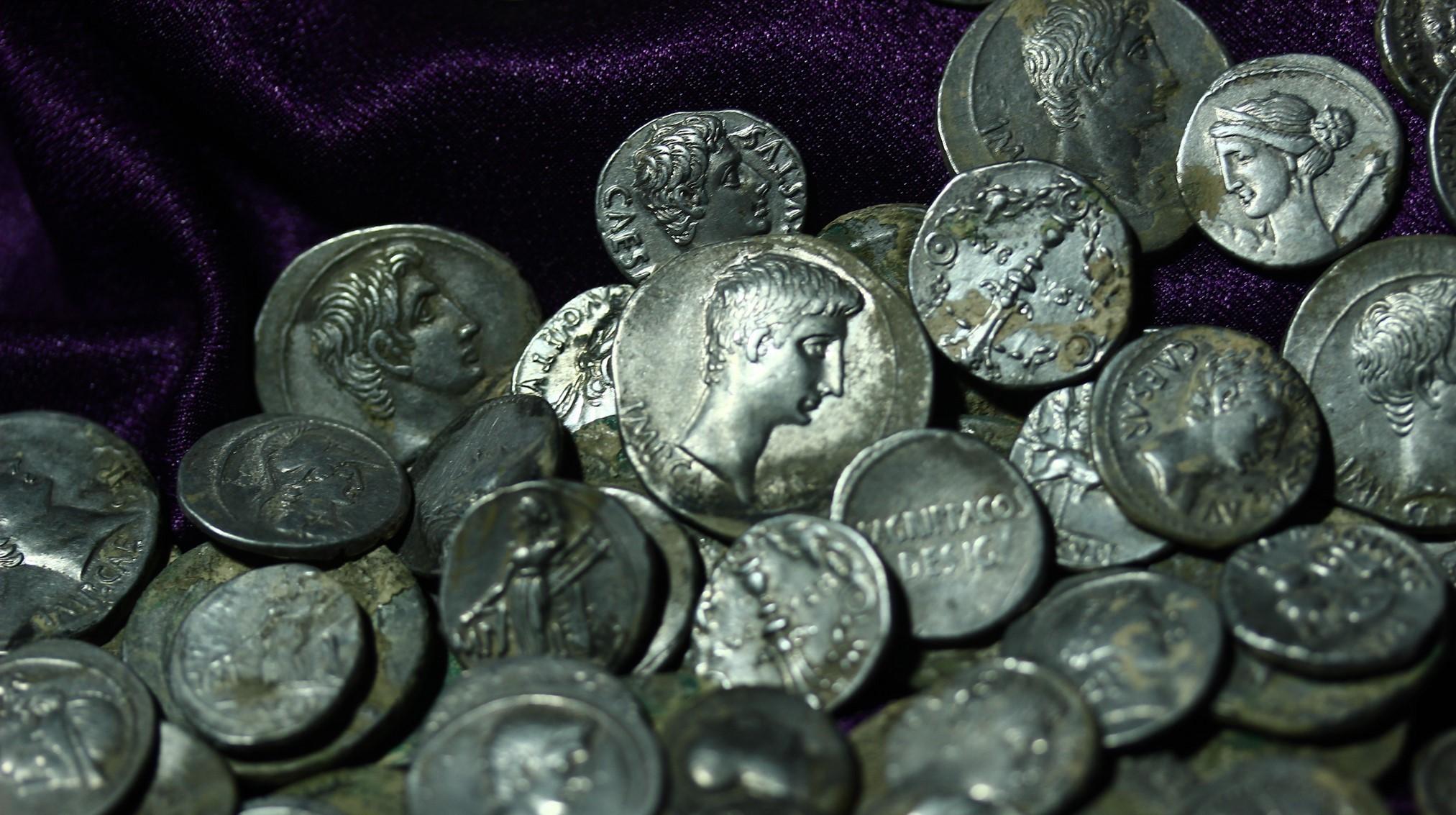 Les pièces représentaient des empereurs romains d'un côté.