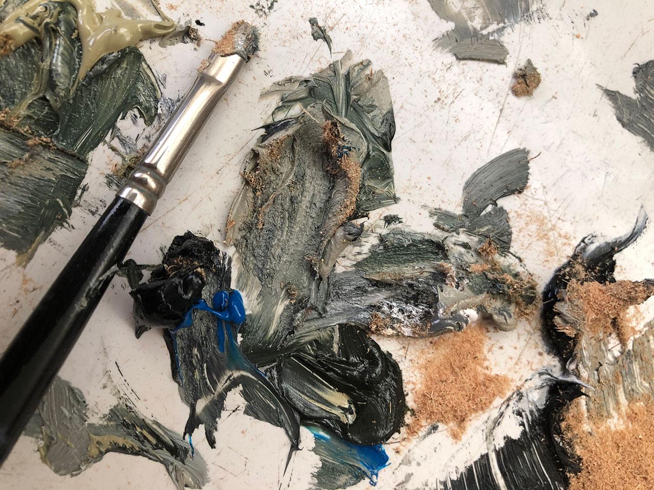 La palette d'artiste de Chris Calle montrant la sciure d'un arbre lunaire Apollo 14 mélangée à ses peintures à l'huile