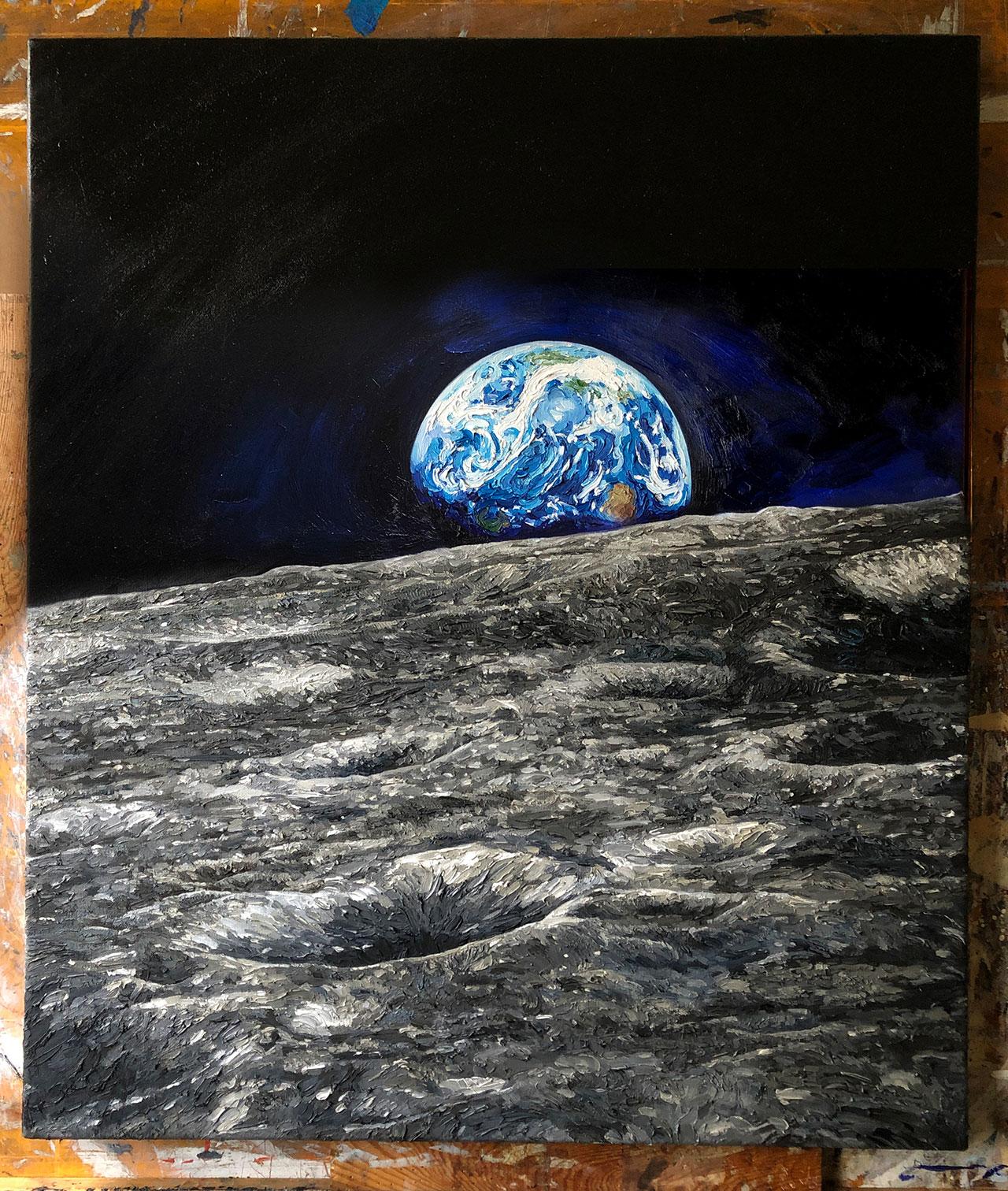 """Peinture de l'artiste Chris Calle pour le 50e anniversaire de la mission d'atterrissage sur la lune Apollo 14, """"Touché par la lune,"""" dépeint Earthrise utilisant des peintures à l'huile infusées avec les restes de sciure d'un arbre lunaire sycomore tombé qui, en tant que graine, s'est envolé vers la lune à bord de la mission de 1971."""