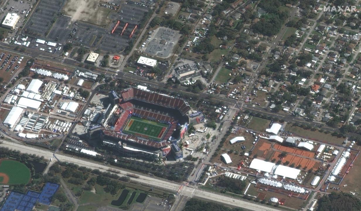 Le satellite GeoEye-1 de Maxar Technologies a pris cette photo du stade Raymond James à Tampa, en Floride, le 7 février 2021, environ sept heures avant le coup d'envoi du Super Bowl LV.
