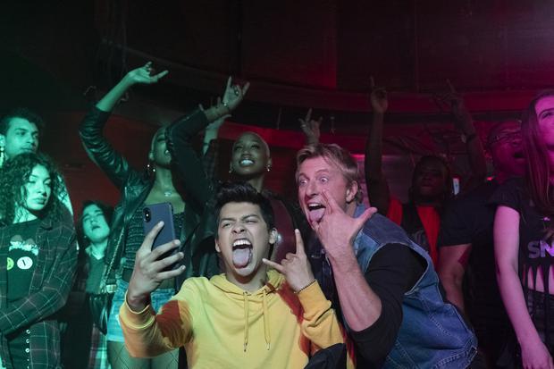 "Miguel Díaz (Xolo Maridueña) et Johnny Lawrence (William Zabka) dans la troisième saison de ""Cobra Kai"".  Photo: Netflix."