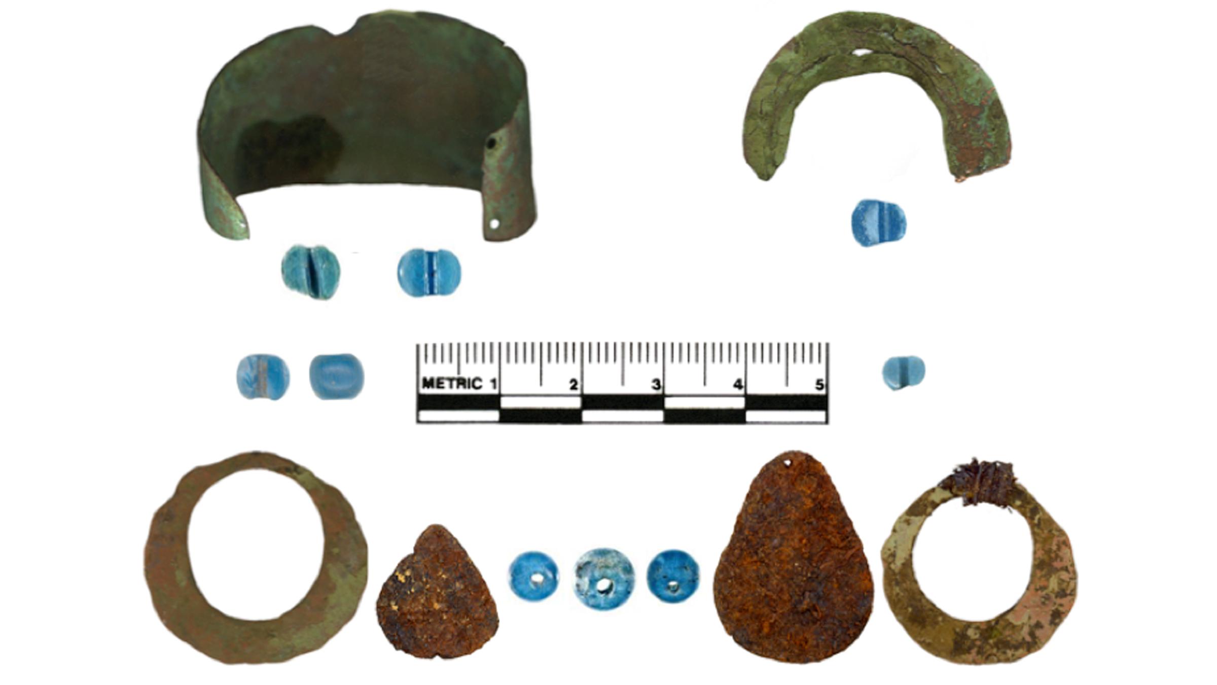 Les artefacts trouvés sur les sites autochtones de l'Alaska comprennent des perles de verre bleues, des bracelets et des bracelets en cuivre et des pendentifs en fer.