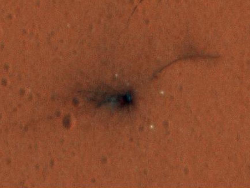 Vue agrandie du cratère causé par l'écrasement de l'atterrisseur européen Schiaparelli Mars le 19 octobre 2016. Photo prise par Mars Reconnaissance Orbiter de la NASA le 1er novembre 2016.