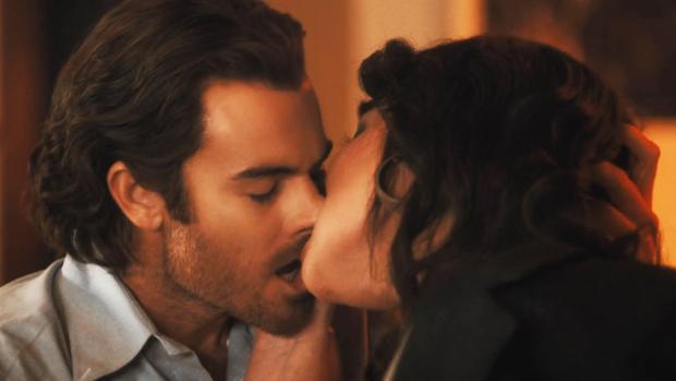 Johnny a travaillé comme l'intérêt romantique de Tully et Kate (Photo: Netflix)