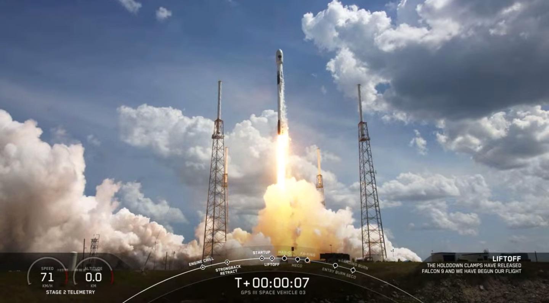 Une fusée SpaceX Falcon 9 lance le satellite GPS III pour l'US Space Force le 30 juin 2020. Des pays comme la France, le Japon et le Canada travaillent également à la construction