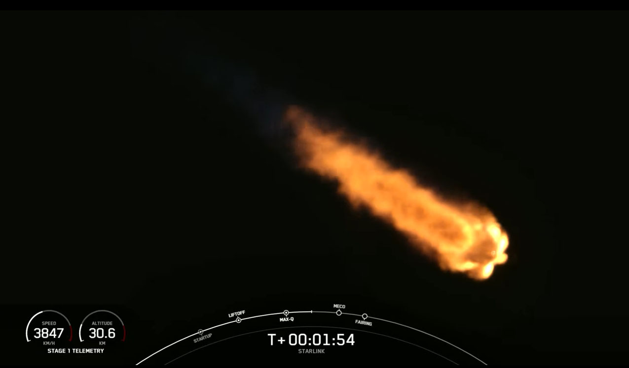 Une fusée SpaceX Falcon 9 transportant 60 satellites Internet Starlink se dirige vers l'orbite le 15 février 2021.