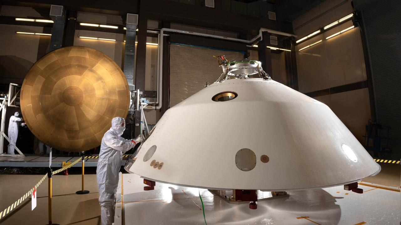 Sur la photo, l'écran thermique de la coque arrière de Mars 2020 (premier plan) et l'écran thermique principal PICA (arrière-plan).  Crédit d'image: NASA / JPL-Caltech