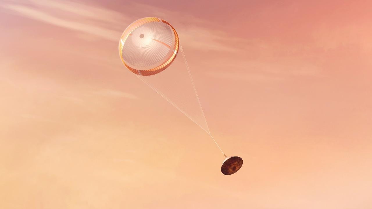 Le vaisseau spatial descendant après le déploiement du parachute.  Crédit d'image: NASA / JPL-Caltech