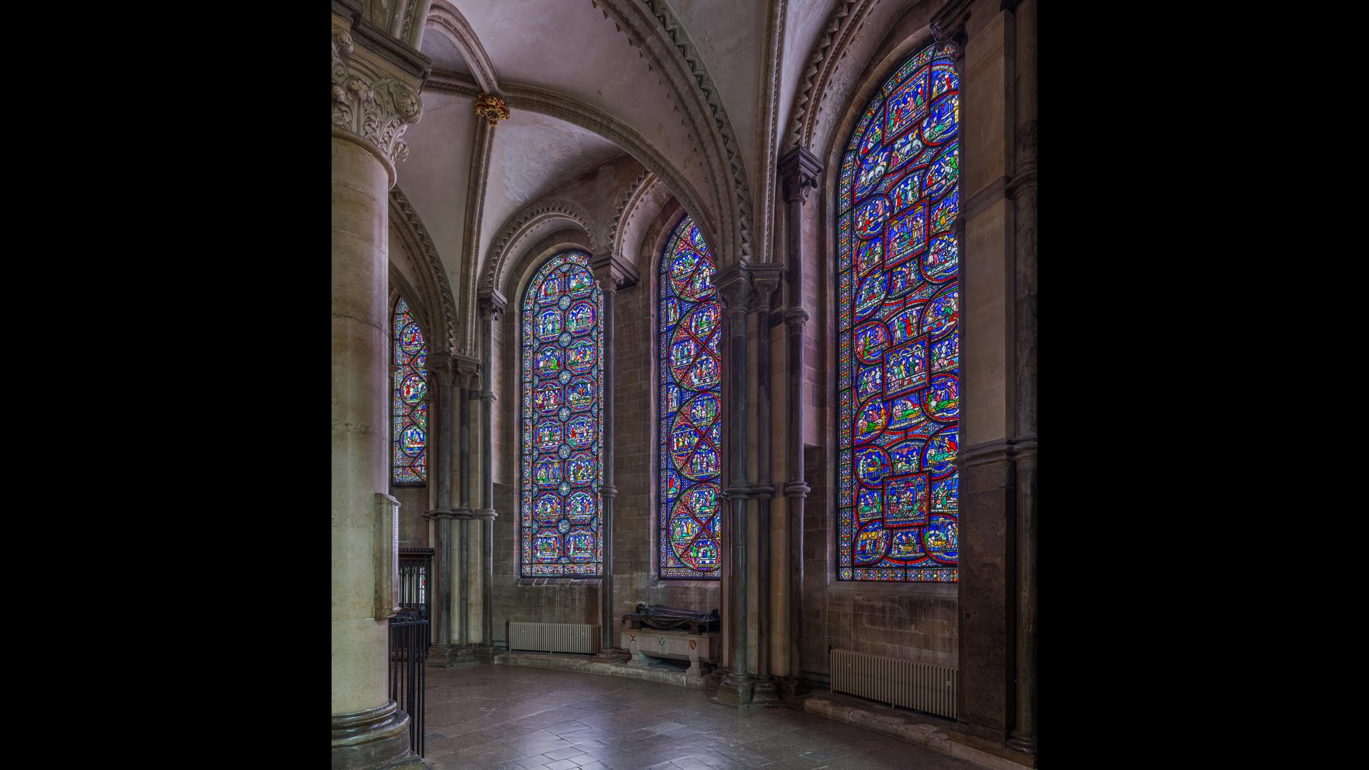 """Le célèbre """"Miracle Windows"""" dans la chapelle de la Trinité ont été achevés en 1220, et la tombe de Becket a été visitée par des milliers de pèlerins."""