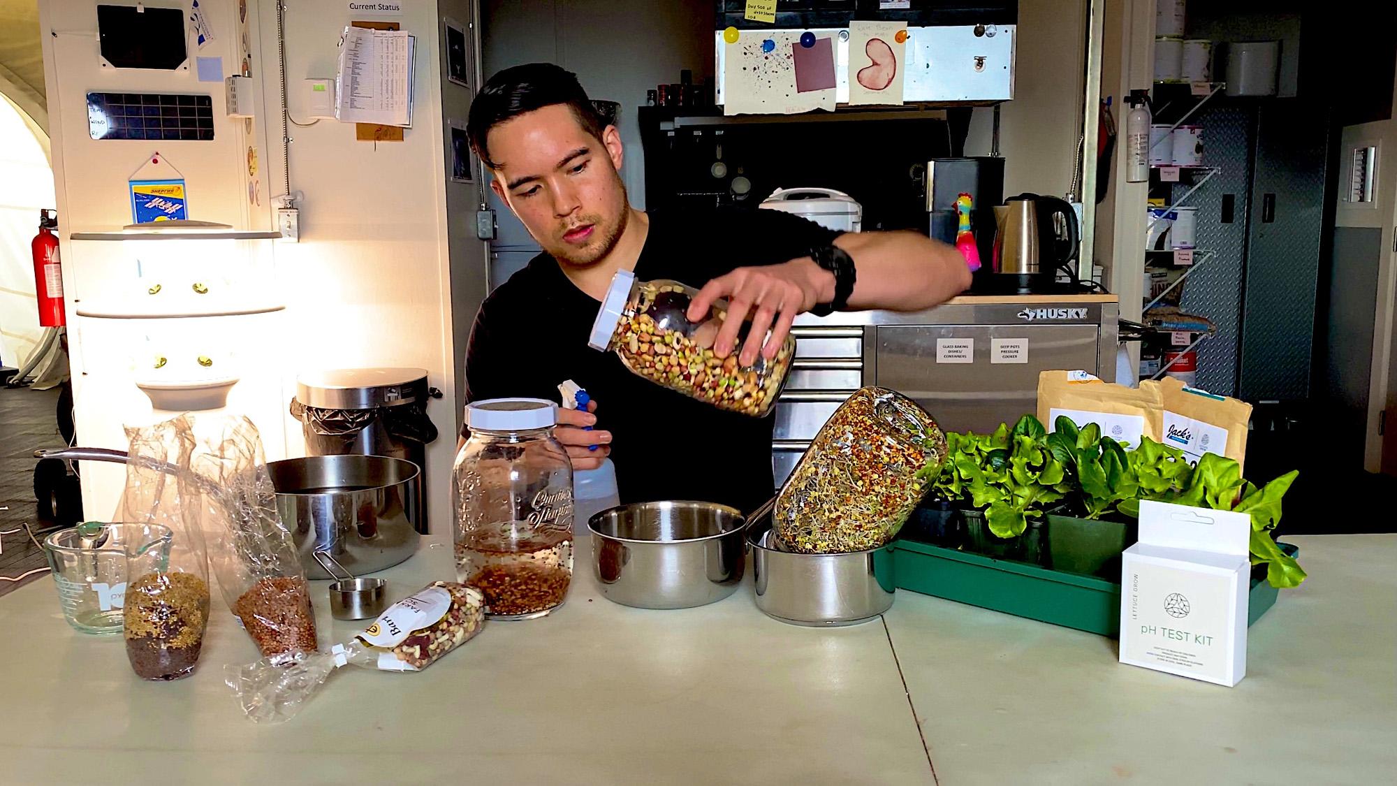Le responsable de la biologie végétale Paul Tomko s'occupe des plantes et des semences pour l'équipe de HI-SEAS.