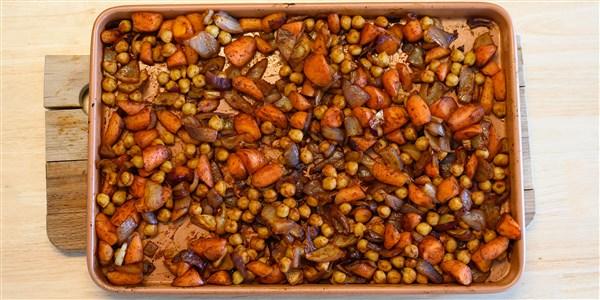 Carottes rôties, pois chiches et oignons avec sauce Awaze