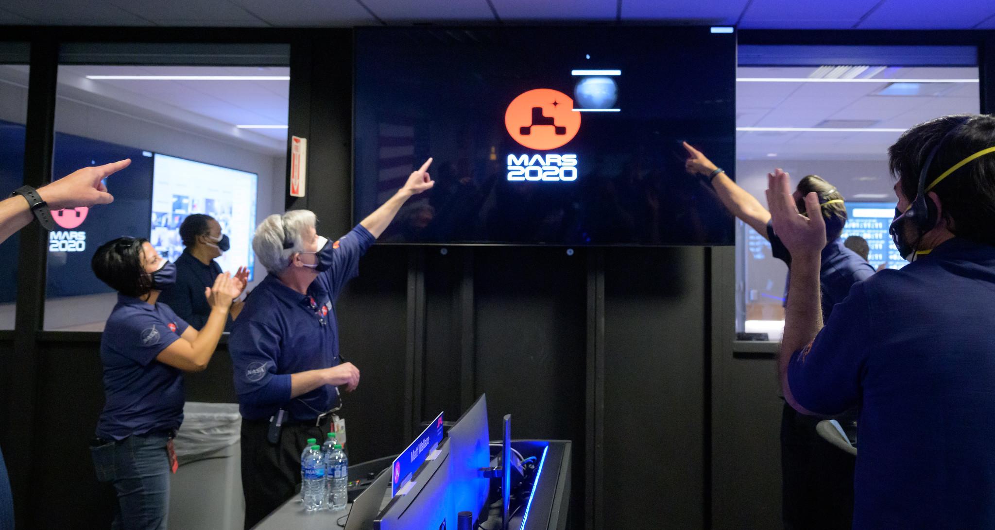 Des membres de l'équipe de rover Perseverance Mars de la NASA assistent au contrôle de mission alors que les premières images arrivent quelques instants après que le vaisseau spatial a atterri avec succès sur Mars, le jeudi 18 février 2021, au Jet Propulsion Laboratory de la NASA à Pasadena, en Californie.