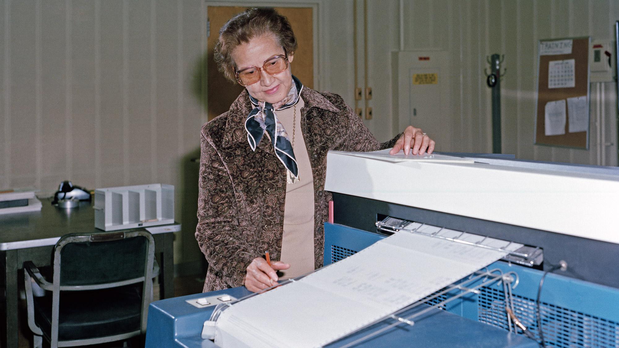 La mathématicienne Katherine Johnson au travail au Langley Research Center de la NASA en 1980.
