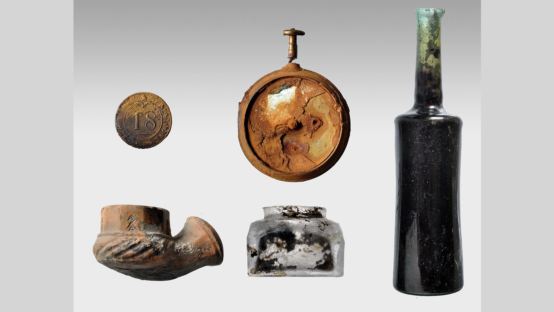 Les expéditions archéologiques sur l'épave du Mentor au cours des années précédentes ont permis de récupérer de nombreux objets, notamment des bouteilles de pièces de monnaie, une partie d'une montre et une partie d'une pipe en argile.
