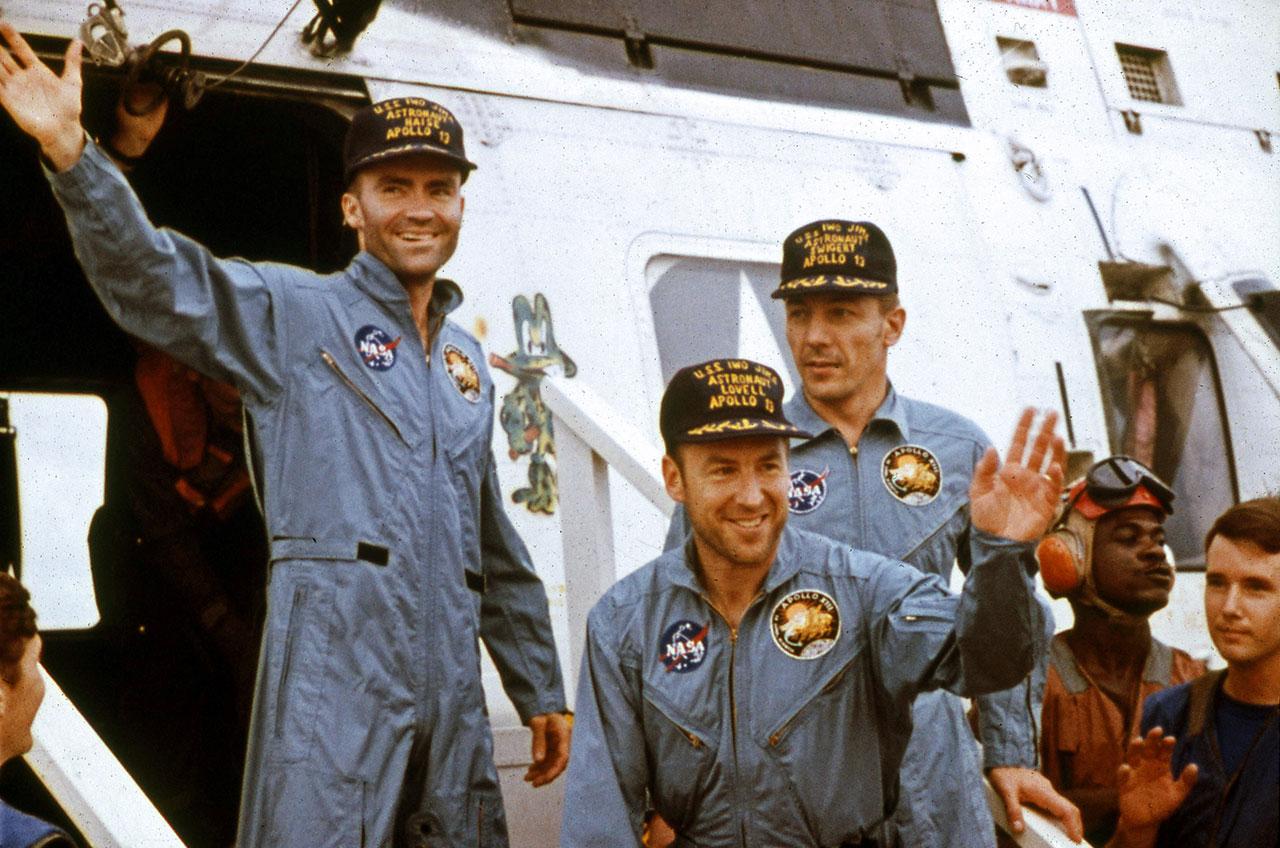 Les astronautes d'Apollo 13 Jim Lovell (au centre), Fred Haise (à gauche) et Jack Swigert sur le pont du porte-avions USS Iowa Jima après avoir éclaboussé de la mission lunaire malheureuse et récupéré par hélicoptère le 17 avril 1970.