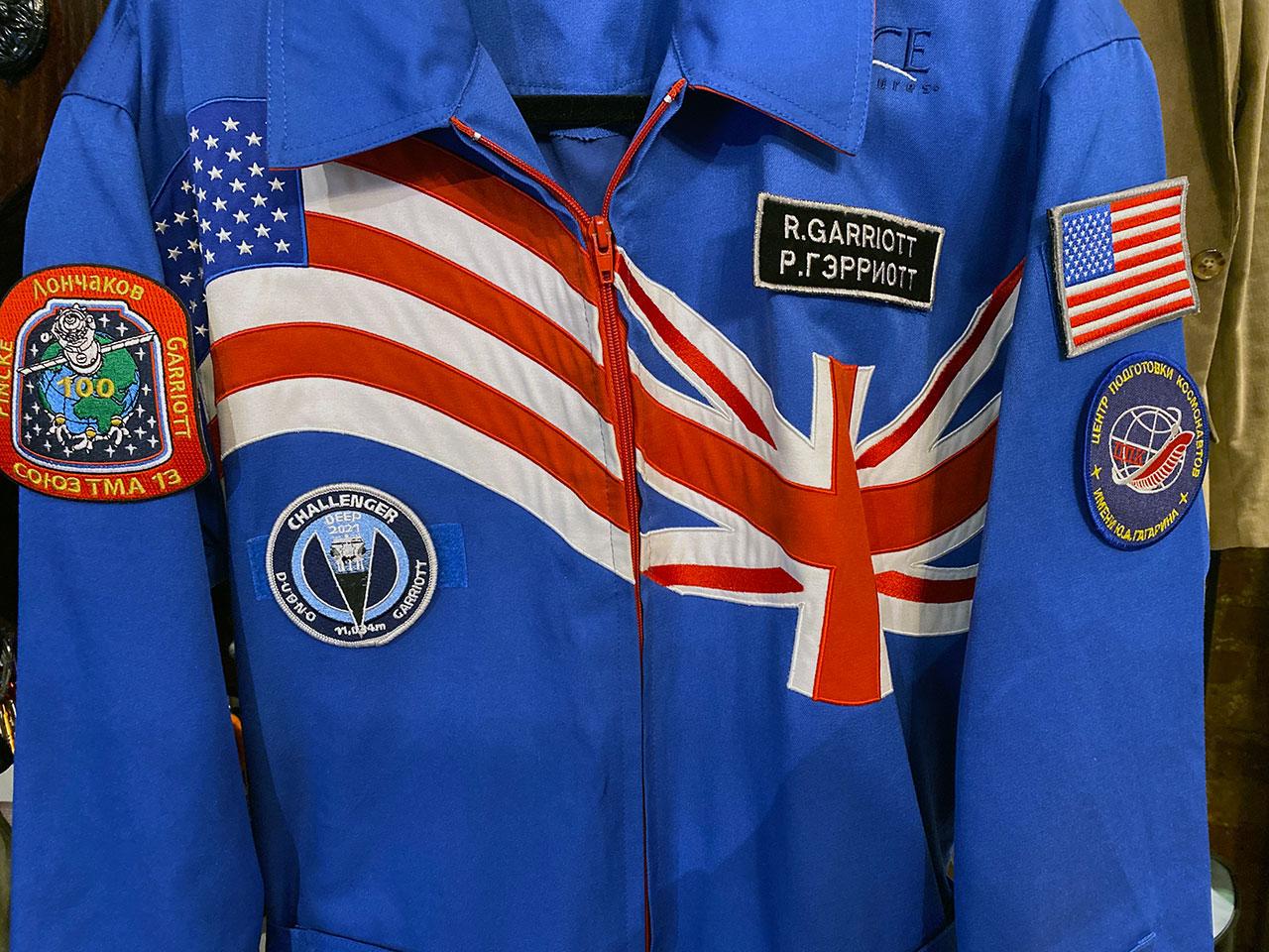 Richard Garriott portera la même combinaison de vol qu'il portait à bord de la Station spatiale internationale lors de sa plongée de 12 heures à Challenger Deep, le point le plus bas de la Terre.