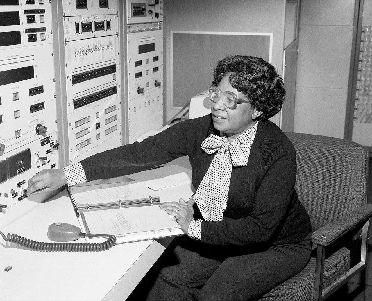 Mary W.Jackson au Langley Research Center de la NASA à Hampton, en Virginie, où elle a commencé à travailler en 1951 et est devenue la première femme ingénieur afro-américaine de l'agence en 1958.