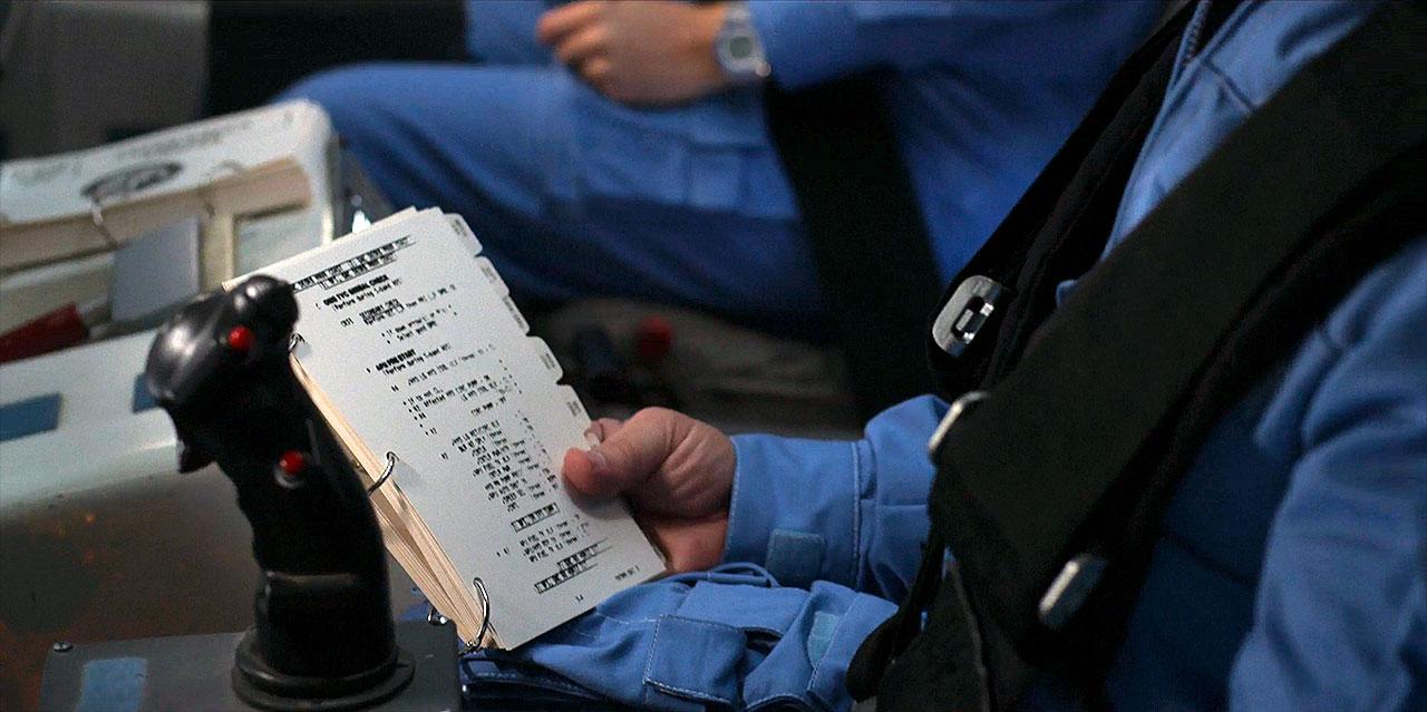 Le support de liste de contrôle utilisé par l'astronaute vétéran Garrett Reisman dans le deuxième épisode de la deuxième saison de