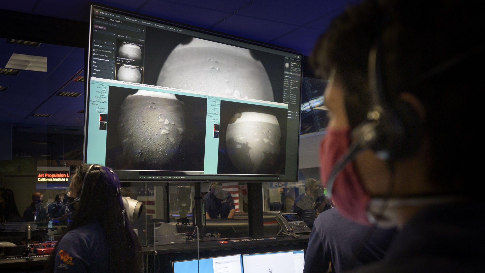 Des membres de l'équipe de rover Perseverance Mars de la NASA regardent dans Mission Control au Jet Propulsion Laboratory de la NASA dans le sud de la Californie alors que les premières images arrivent quelques instants après que le vaisseau spatial a atterri avec succès sur Mars, le jeudi 18 février 2021.