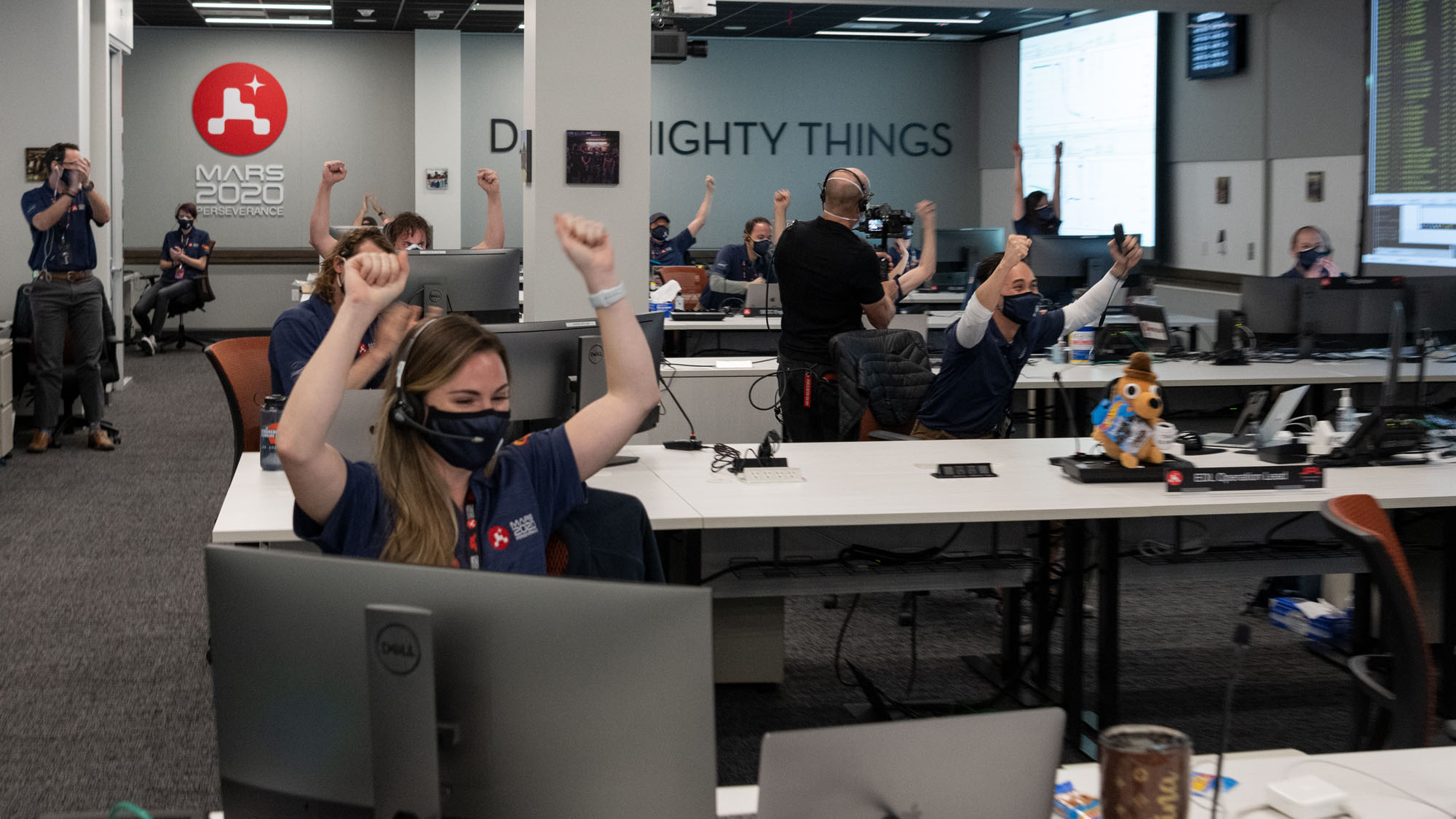 Dans une zone de soutien à la mission du Jet Propulsion Laboratory de la NASA en Californie du Sud, les membres de l'équipe Mars 2020 Perseverance ont montré leur joie alors que le vaisseau spatial a réussi une série complexe d'étapes pour atterrir en toute sécurité sur la surface martienne.