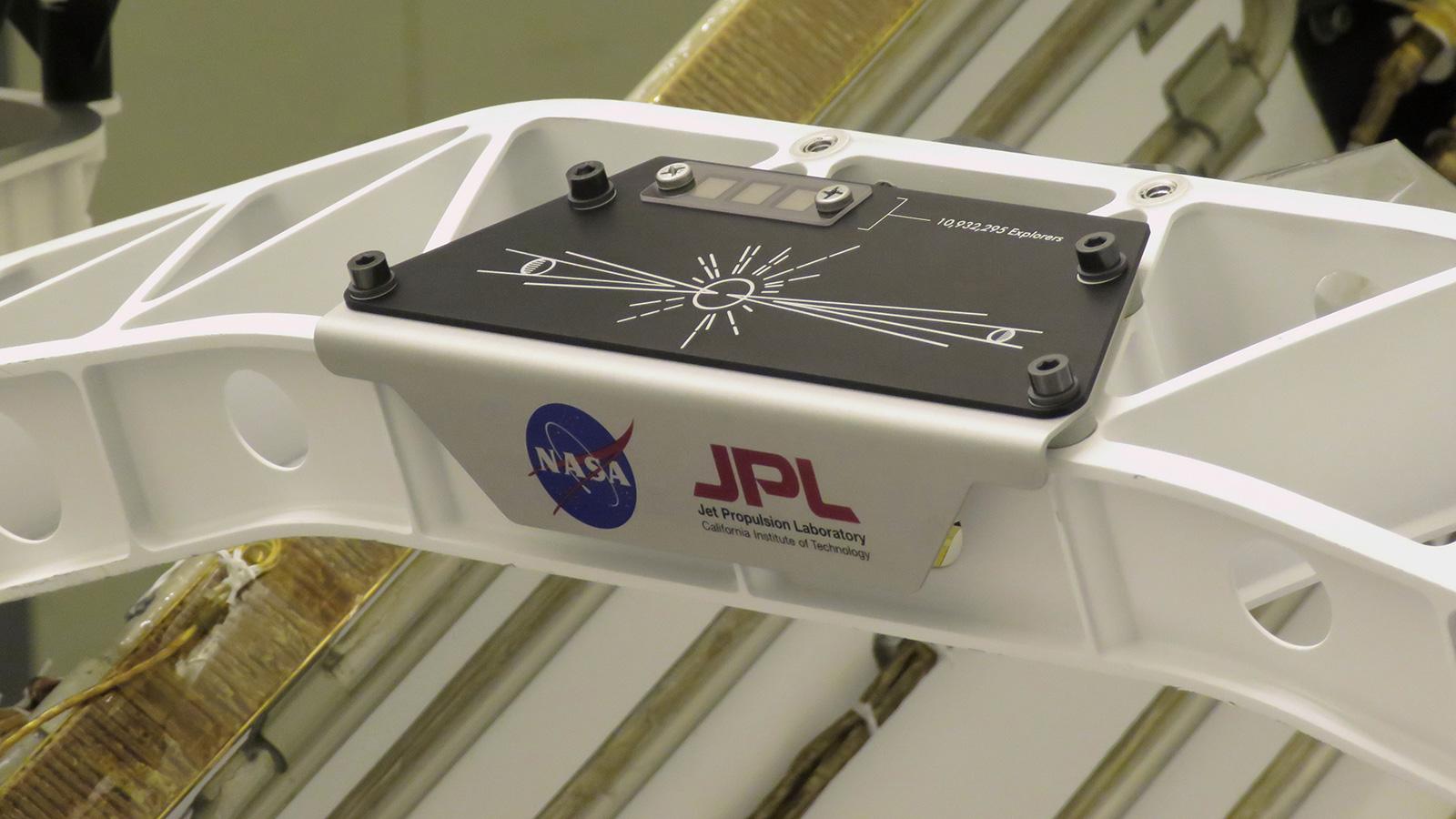 """Une pancarte commémorant la NASA """"Envoyez votre nom sur Mars"""" La campagne a été installée sur le rover Perseverance Mars le 16 mars 2020 au Kennedy Space Center.  Trois puces de silicium (coin supérieur gauche) ont été marquées au pochoir avec 10932295 noms et les essais de 155 finalistes de la NASA. """"Nommez le Rover"""" concours."""