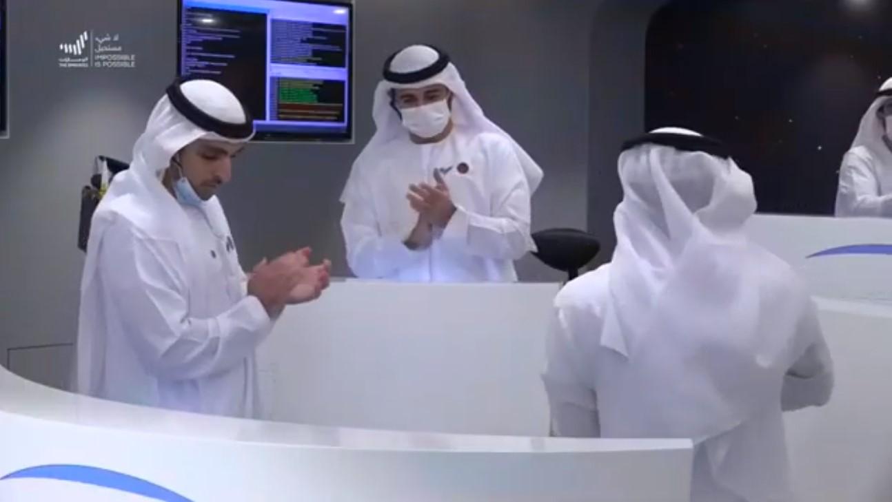 Le personnel de la mission Hope célèbre la réception d'un signal confirmant que le vaisseau spatial est arrivé en orbite autour de Mars le 9 février 2020.
