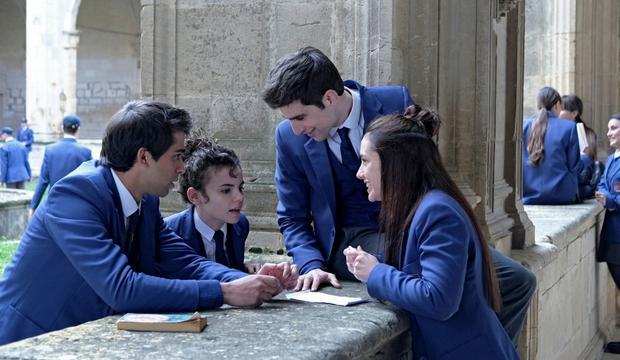 """Paul, Adele, Manuel et Amaia planifient leur évasion dans le premier épisode de """"El Internado: Las Cumbres"""" (Photo: Amazon Prime Video)."""