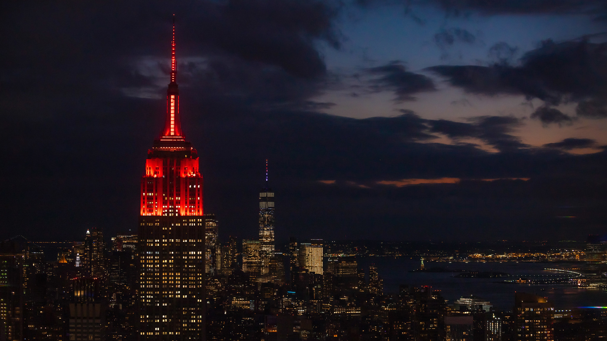 L'Empire State Building à New York a été éclairé par des lumières rouges pour célébrer l'atterrissage du rover Mars Perseverance de la NASA.