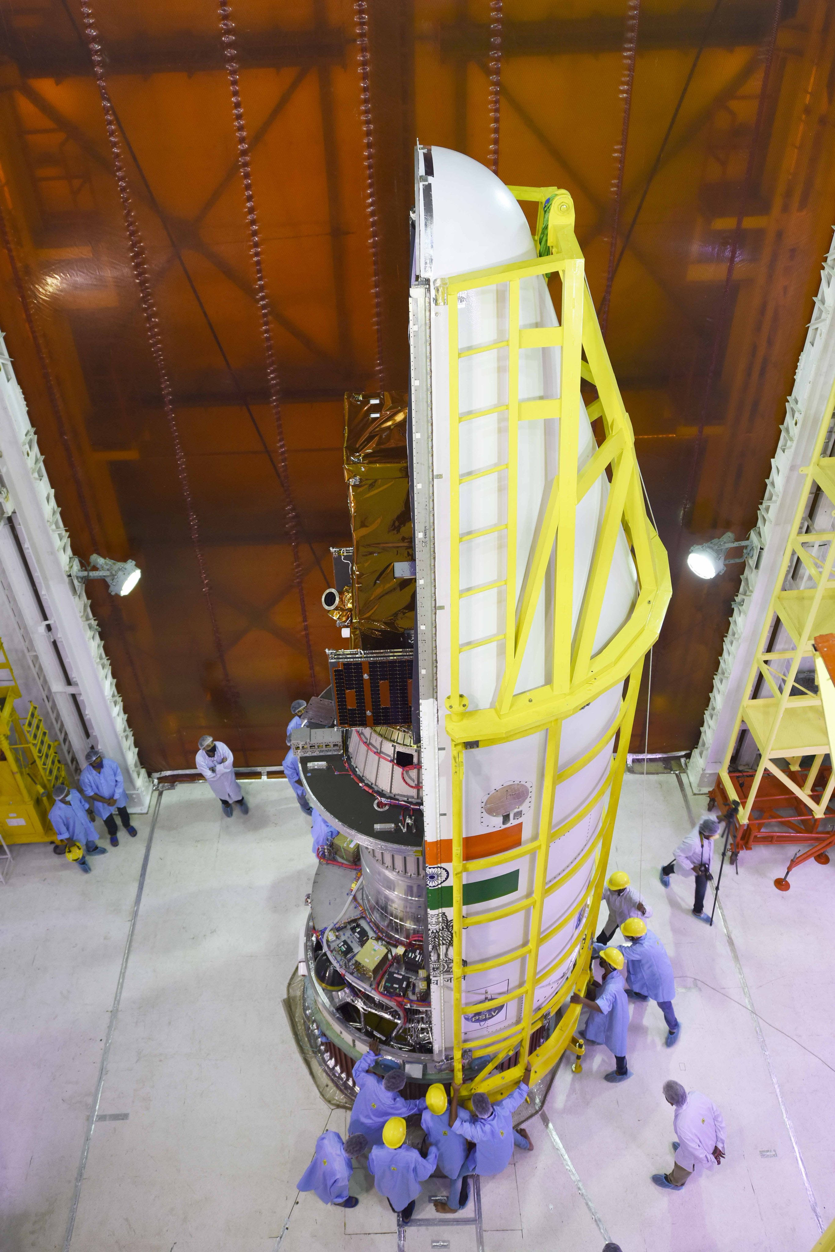 Le satellite brésilien Amazonia-1 est vu pendant les préparatifs de lancement de son lanceur de satellites polaires par l'Organisation indienne de recherche spatiale.