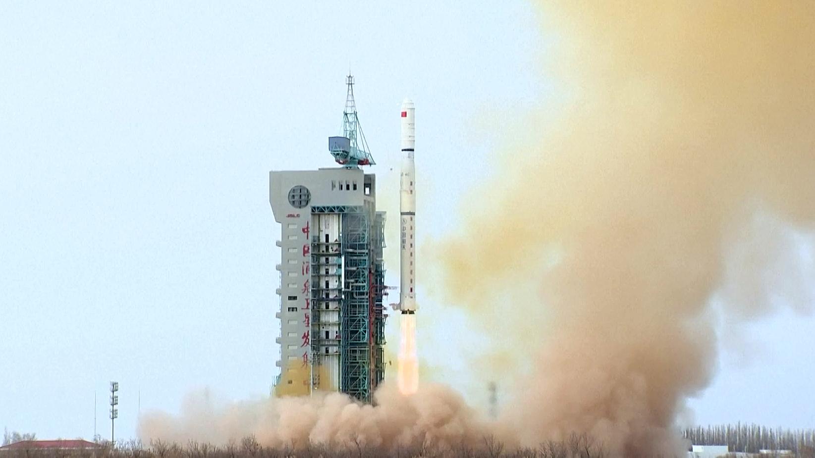 Une fusée chinoise Long March 4C décolle du centre de lancement de satellites de Jiuquan dans le désert de Gobi, transportant trois satellites Yaogan 31 Groupe 3 en orbite.