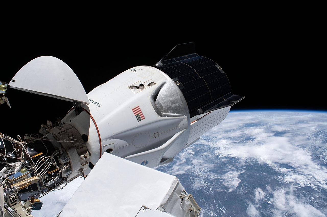 """Le vaisseau spatial SpaceX Crew Dragon """"Résistance"""" est vu amarré à l'adaptateur d'amarrage avant du module Harmony à la Station spatiale internationale le 27 janvier 2021, 11 jours avant de dépasser le record de durée de vol d'un vaisseau spatial avec équipage américain détenu par Skylab 4 depuis 1974."""