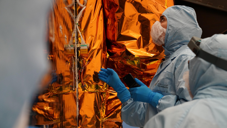 Un membre de l'équipe Hope inspecte le vaisseau spatial avant son lancement.