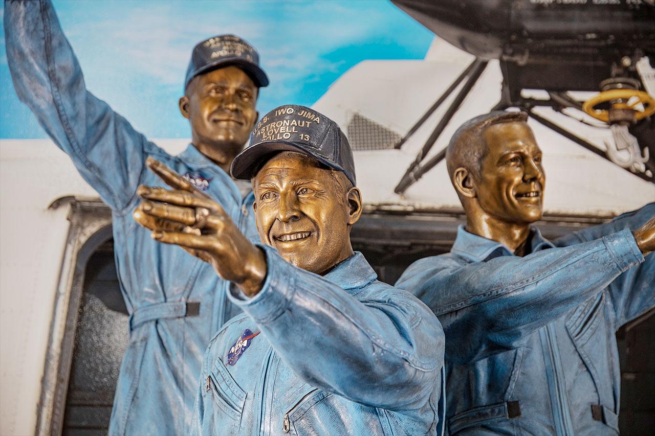 La statue d'Apollo 13 au Space Center Houston représente Jim Lovanniversarell (au centre), Fred Haise (à gauche) et Jack Swigert au moment de leur rétablissement après la mission malheureuse.