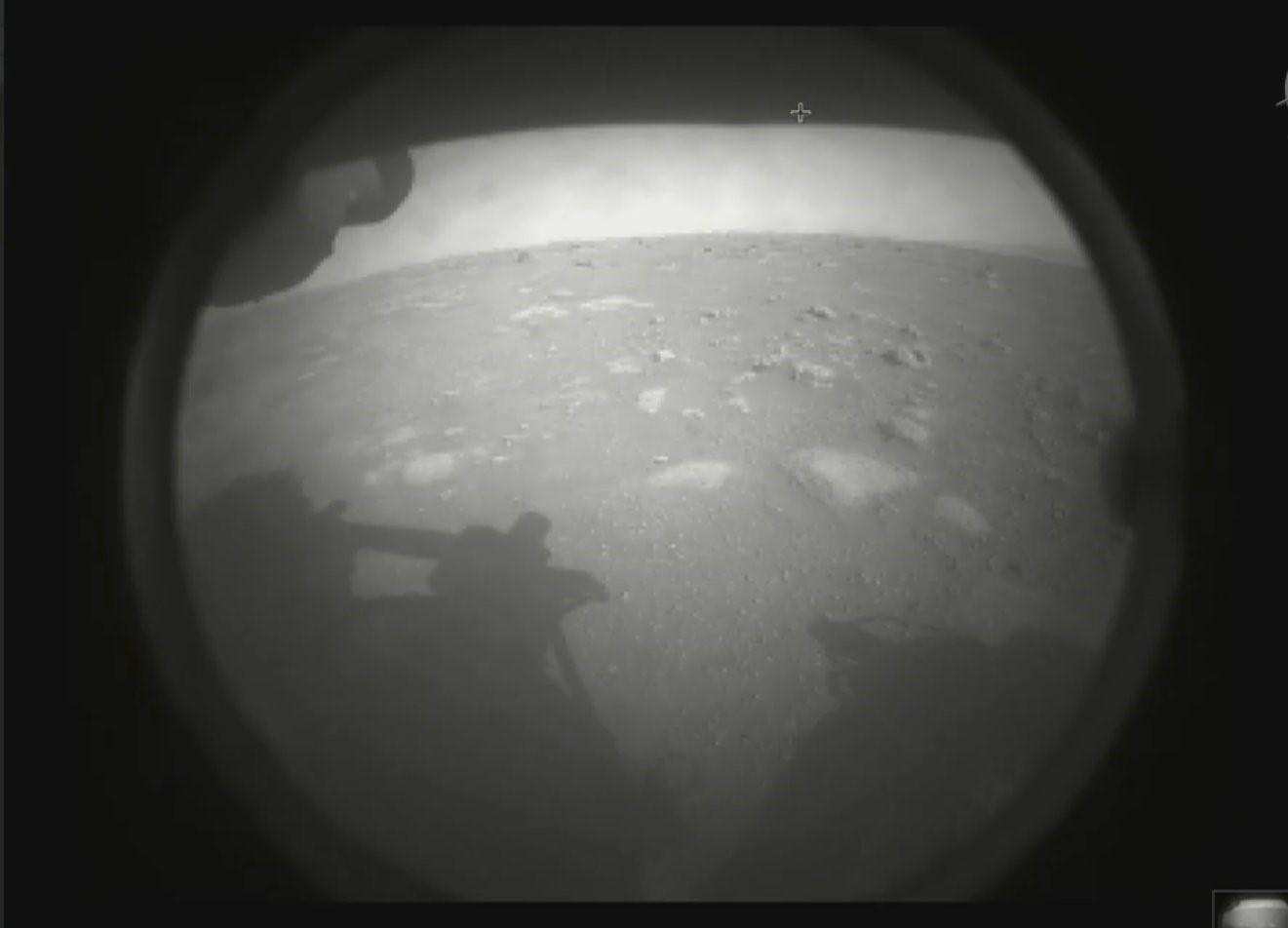 Il s'agit de la première photo du rover Perseverance de la NASA renvoyée sur Terre après son atterrissage sur Mars le 18 février 2021.