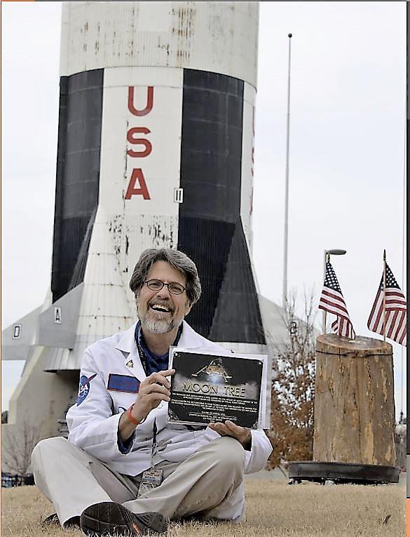 Scott Phillips avec les restes de l'arbre lunaire Apollo 14 qui se trouvait au Centre spatial Kennedy de 1976 à 2017.