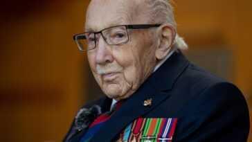 Le capitaine Tom Moore, vétéran britannique qui a recueilli des millions pour les travailleurs de la santé, décède à 100 ans
