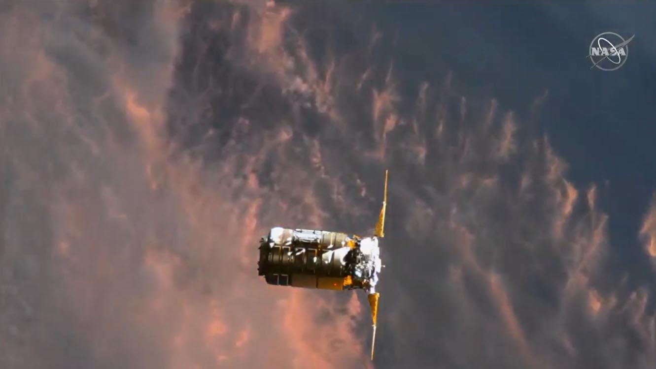 Le cargo Northrop Grumman Cygnus NG-15 arrive à la Station spatiale internationale le 22 février 2021 dans cette vue depuis une caméra à l'extérieur de la station.