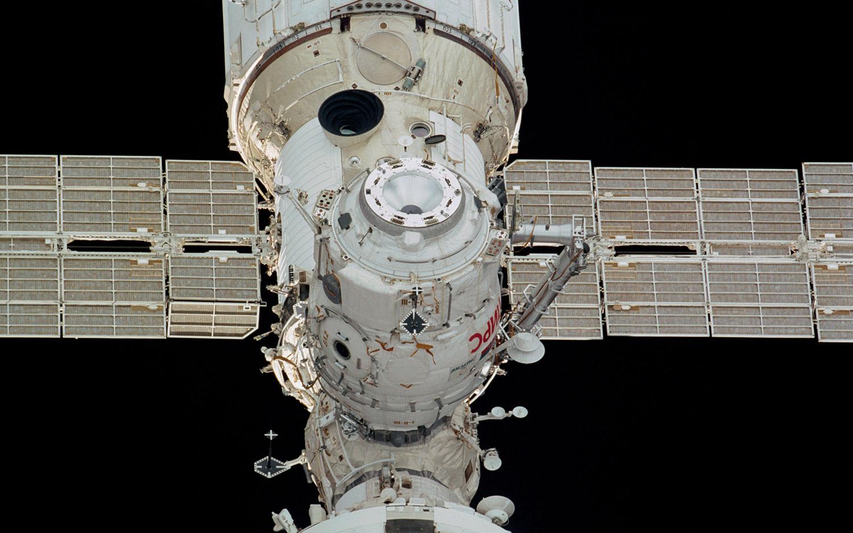 Le compartiment d'amarrage Russian Pirs est utile non seulement pour l'amarrage des vaisseaux spatiaux, mais aussi pour effectuer des sorties dans l'espace.  Les membres d'équipage utilisant la combinaison spatiale russe Orlan utilisent le sas ici pour sortir de la station spatiale.  Selon la NASA, il dispose également d'un port d'amarrage pour les véhicules de transport et de fret jusqu'à la gare.  Pirs est même une station de transfert de carburant, déplaçant le carburant entre les modules Zvezda et Zarya ou entre les véhicules à quai.