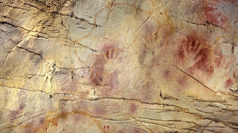 Des empreintes de mains en ocre rouge dans la grotte espagnole d'El Castillo ont été faites il y a près de 42000 ans et sont suggérées pour représenter l'utilisation d'une ancienne forme d'écran solaire.