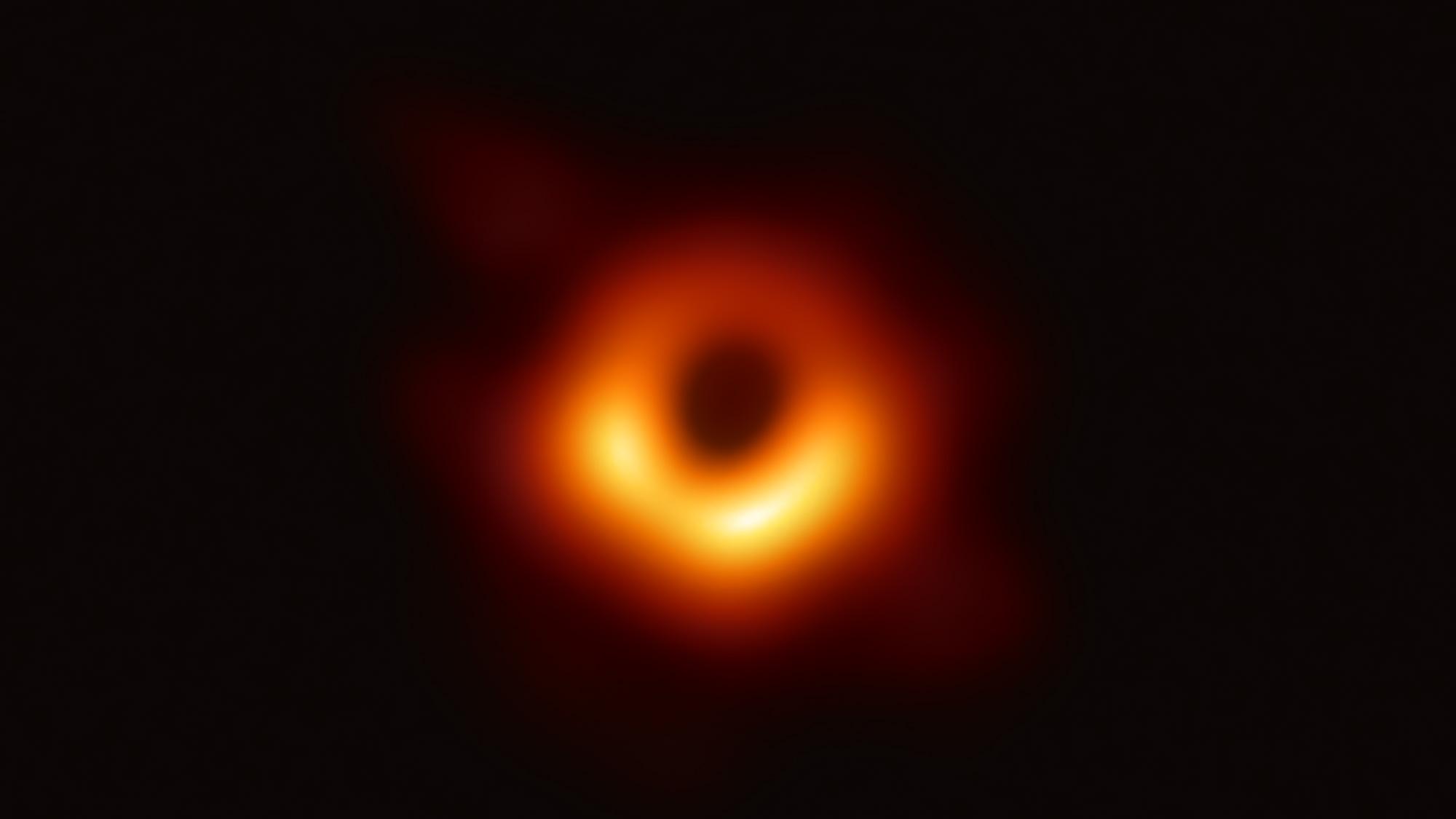 Le télescope Event Horizon, un réseau planétaire de huit radiotélescopes terrestres forgés grâce à une collaboration internationale, a capturé cette image du trou noir supermassif et de son ombre qui se trouve au centre de la galaxie M87.