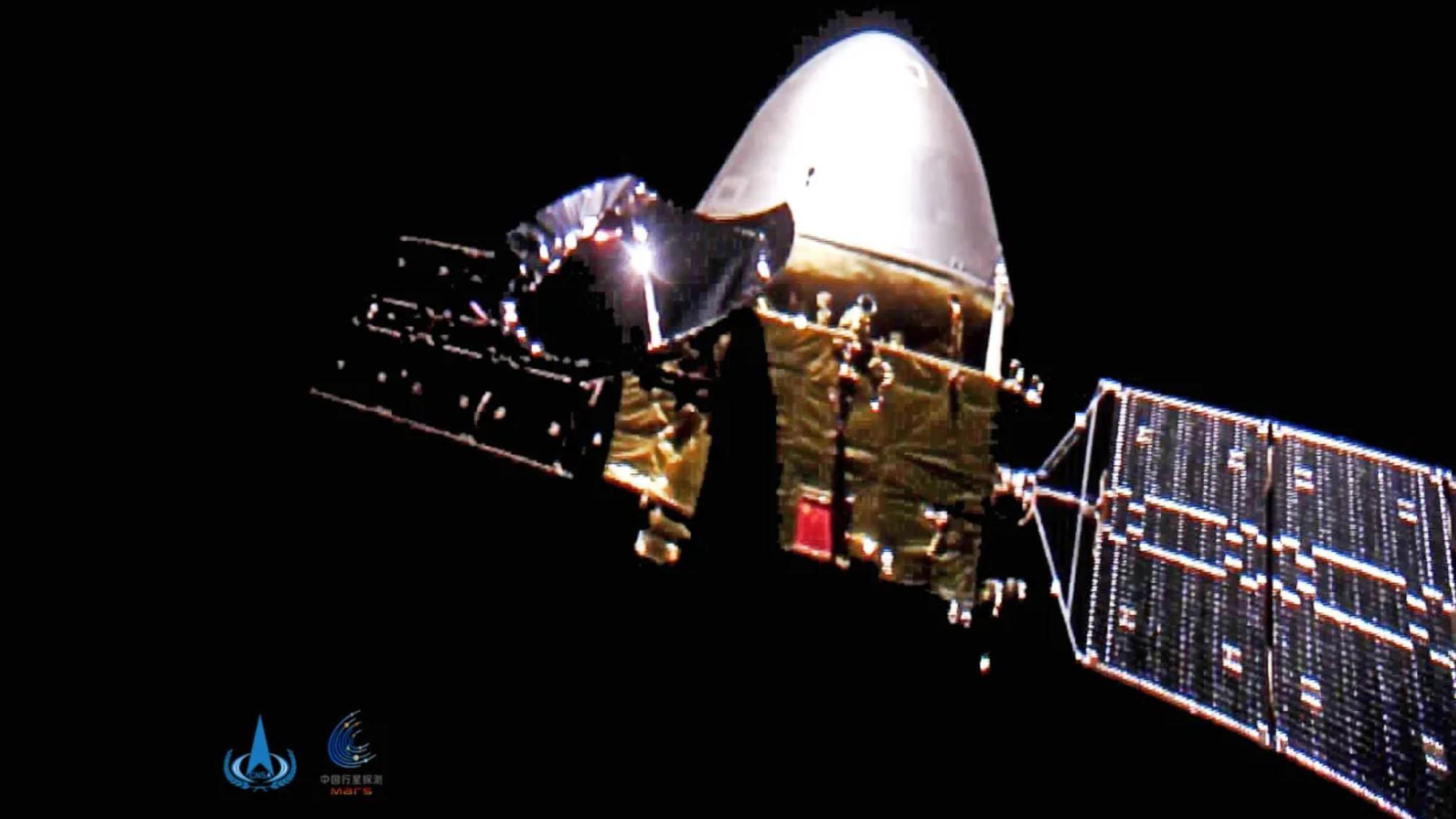 La sonde chinoise Tianwen-1 sur Mars est vue par une minuscule caméra éjectée du vaisseau spatial sur une photo prise à 15 millions de kilomètres de la Terre.