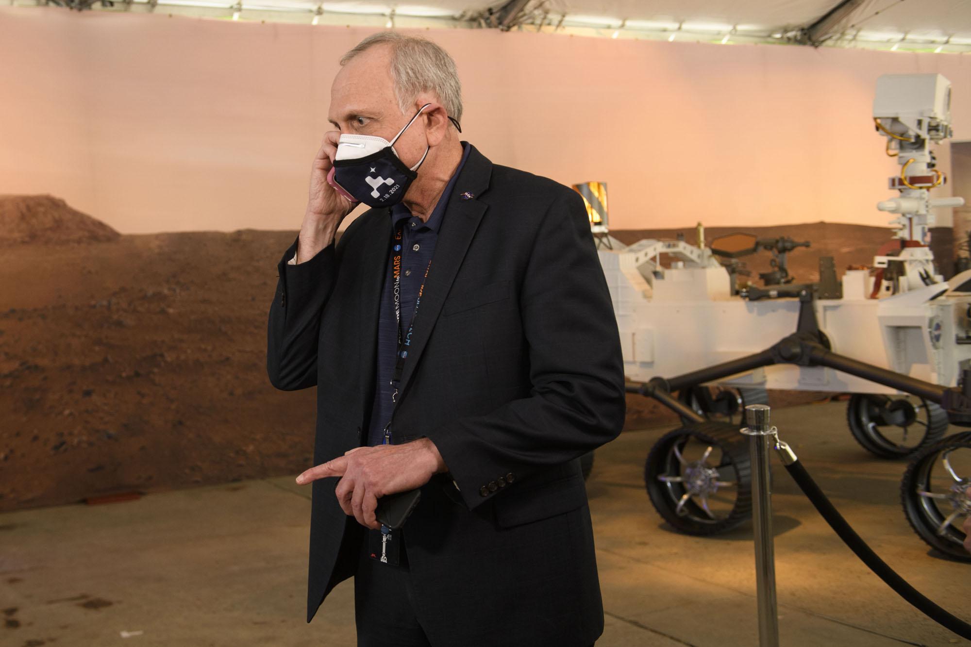 L'administrateur par intérim de la NASA, Steve Jurczyk, reçoit un appel du président américain Joe Biden au Jet Propulsion Laboratory (JPL) de la NASA après l'atterrissage réussi du rover Mars 2020 Perseverance le 18 février 2021 à Pasadena, en Californie.