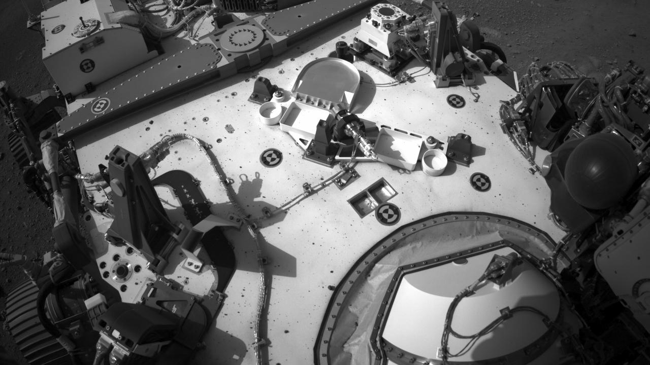 Le rover Mars Perseverance de la NASA a acquis cette image à l'aide de sa caméra de navigation droite intégrée (Navcam).  La caméra est située en hauteur sur le mât du rover et facilite la conduite.  Cette image a été acquise le 23 février 2021 (Sol 2) à l'heure solaire moyenne locale de 15:40:47.