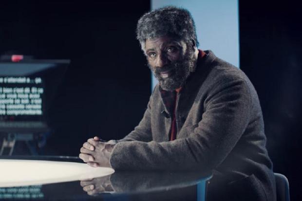 Assane se déguise en vieil homme pour assister à une chaîne de télévision (Photo : Netflix)