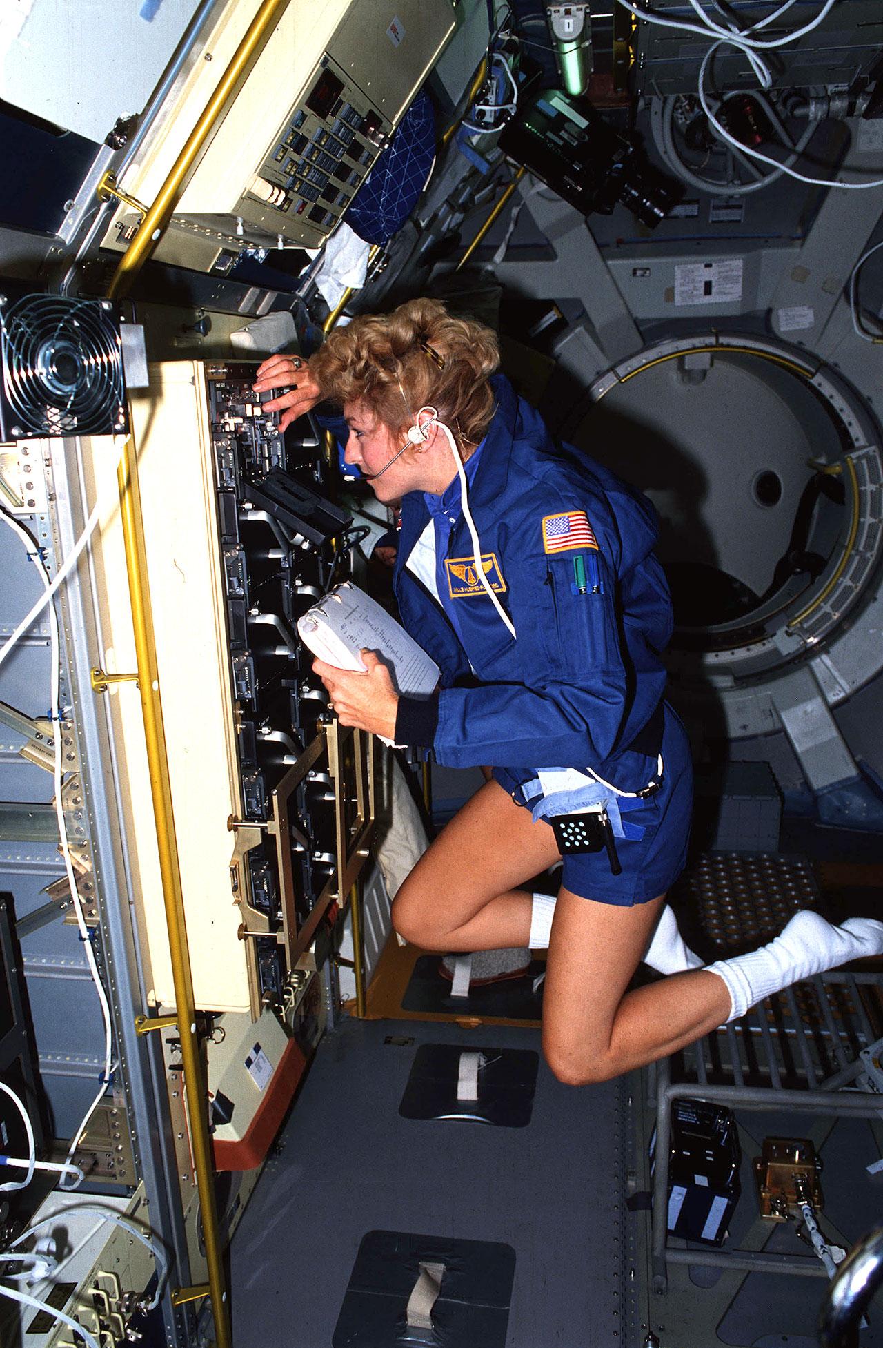 Spécialiste de la charge utile STS-40, Millie Hughes-Fulford travaille à l'intérieur du module Spacelab Space Life Sciences-1 (SLS-1) à l'intérieur de la soute de la navette spatiale Columbia en juin 1991.