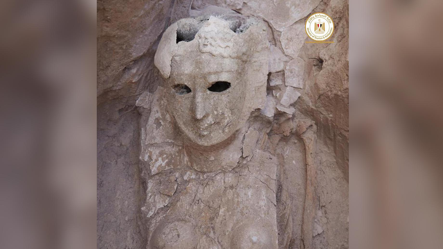 Parmi les autres sépultures sur le site, les archéologues ont découvert cette momie féminine qui porte un masque mortuaire qui couvre une grande partie de son corps.