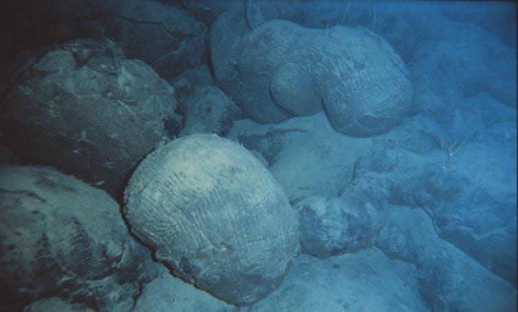 Oreillers modernes laves formant sous l'eau près d'Hawaï.