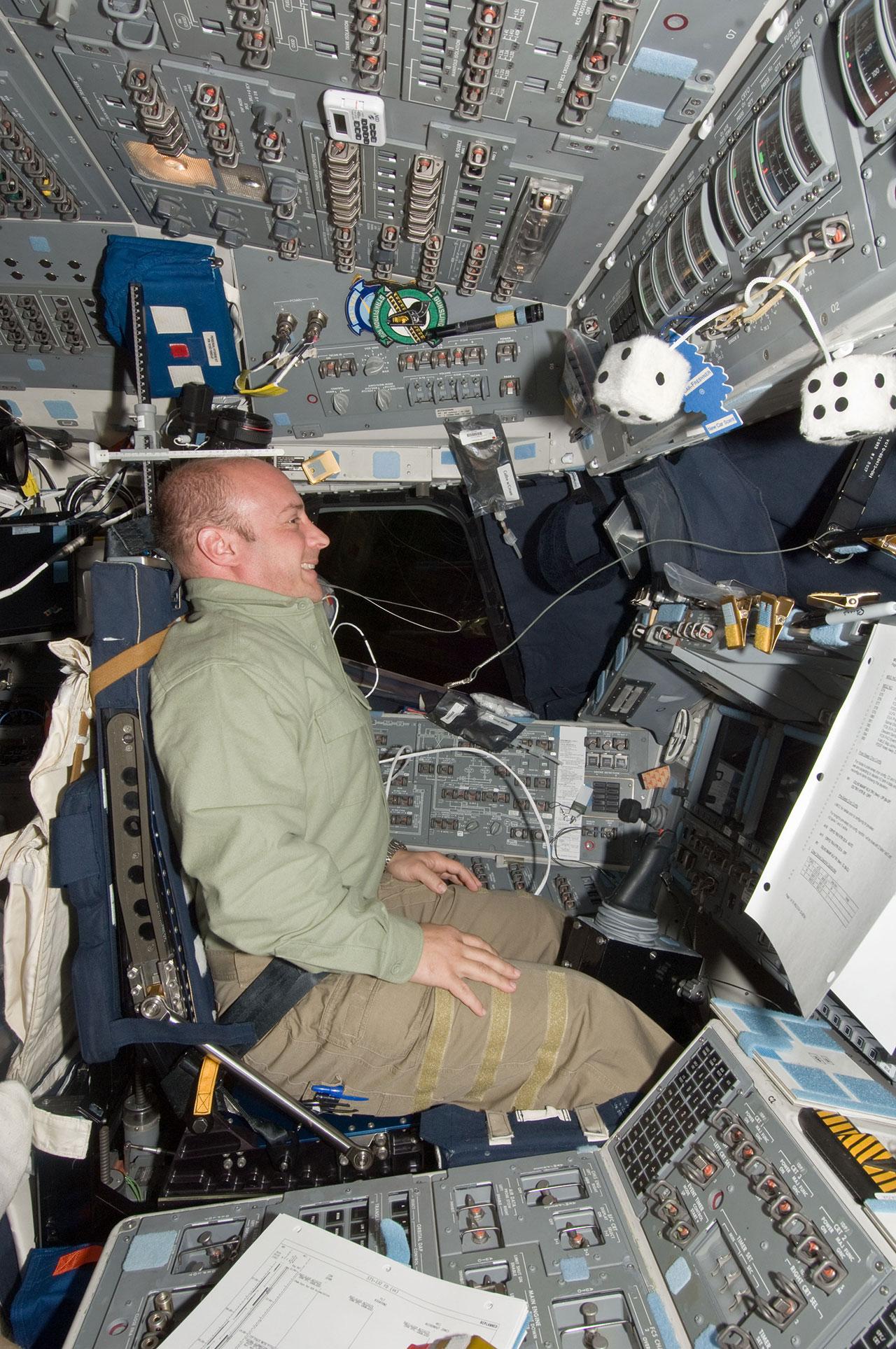 L'astronaute de la NASA Garrett Reisman, spécialiste de la mission STS-132, dans le siège du commandant de la navette spatiale Atlantis en 2010.