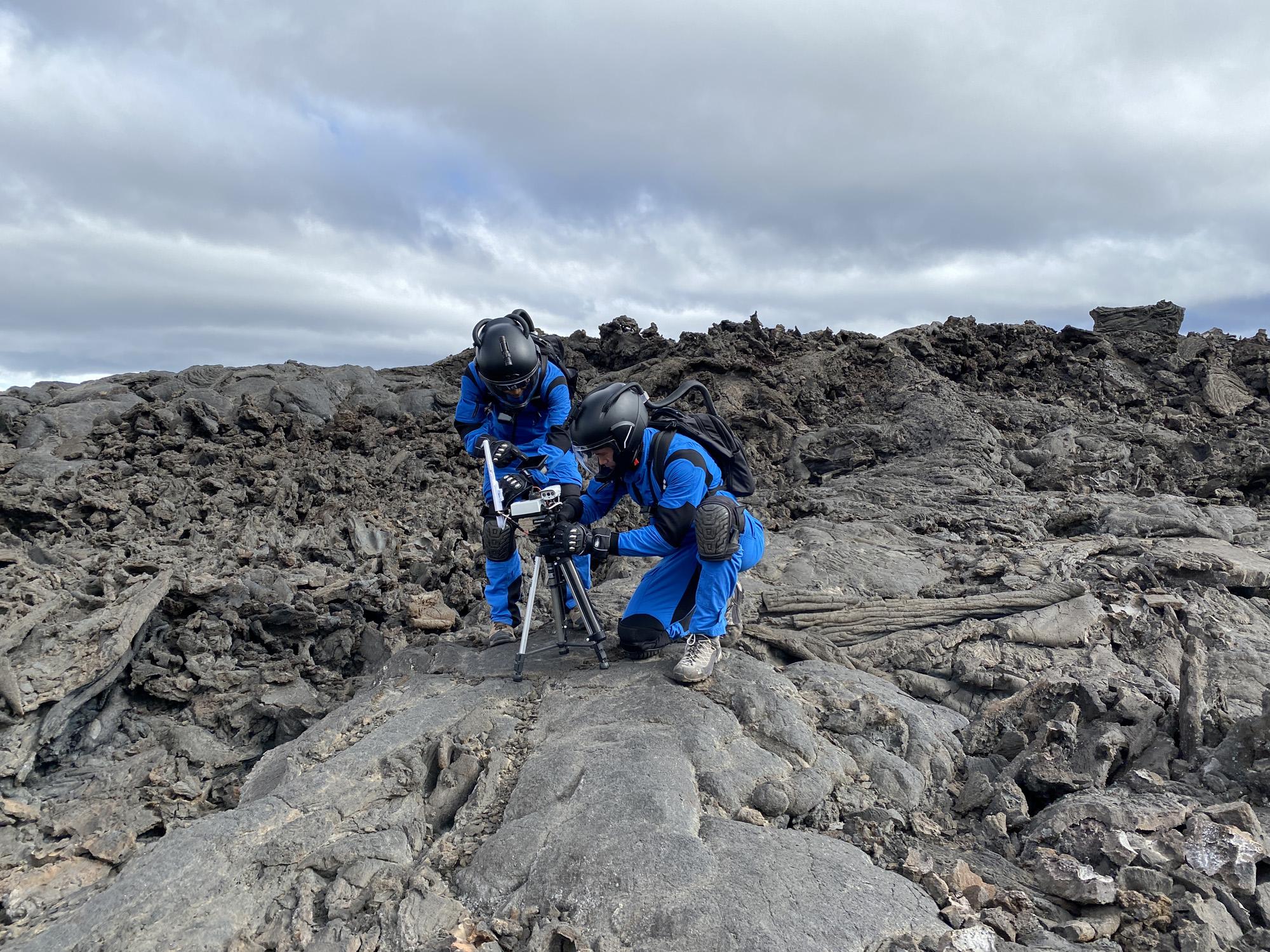 Les membres d'équipage de Valoria 2 testent l'équipement de communication lors d'un Marswalk.