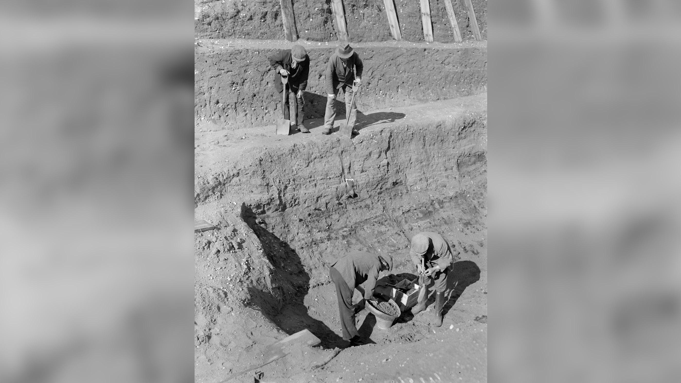 Le 31 juillet 1939, des ouvriers passent au crible la terre au fond de l'excavation du navire funéraire anglo-saxon à Sutton Hoo dans le Suffolk, en Angleterre.
